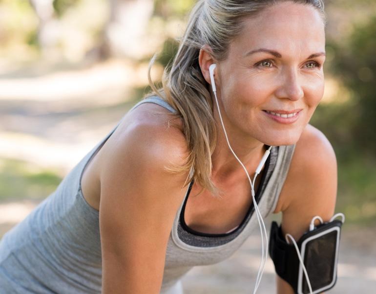 Sportiška moteris rengiasi mankštintis, kad užkirstų kelią venų nepakankamumui