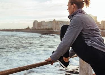 Moteris daro tempimo pratimus po pabėgiojimo po miestą, kad užkirstų kelią venų nepakankamumui