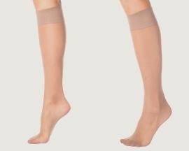 Moters kojos su kompresinėmis kojinėmis, apsaugančiomis nuo venų nepakankamumo