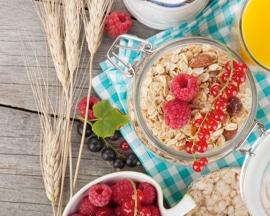 Gerai subalansuoti pusryčiai su skaidulingais maisto produktais, kurie padės išvengti vidurių užkietėjimo ir venų varikozės