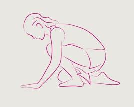 Moteris, besiremianti plaštakomis ir keliais ir atliekanti blauzdos tempimą klūpomis.
