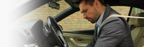 Automobilyje sėdintis vyras apsunkusiomis kojomis