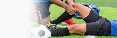 Susižalojęs futbolininkas ir gydytojas su Lioton® 1000 geliu